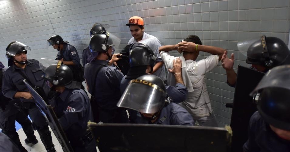 Polícia Militar revista pessoas no metrô, perto do local de manifestação