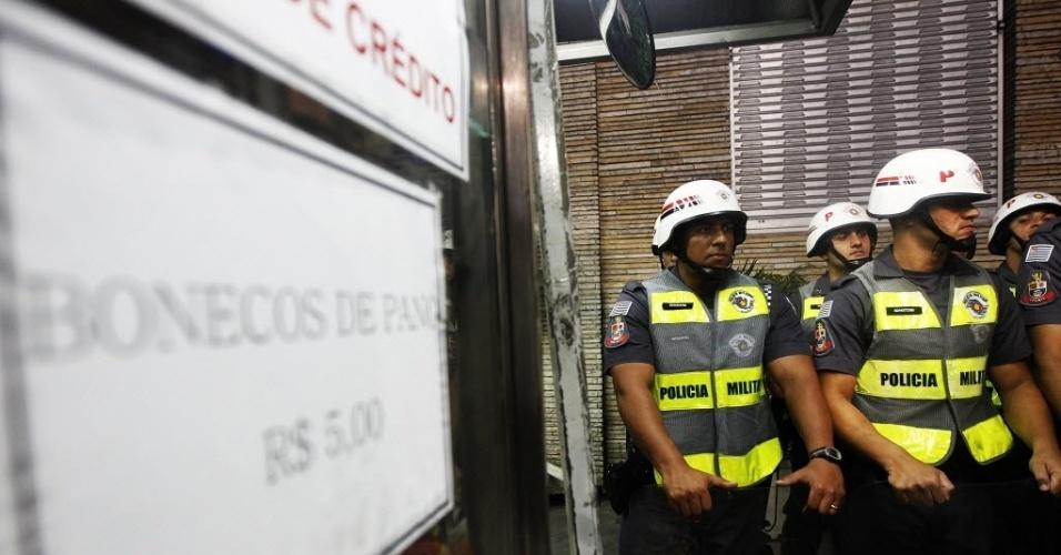 Policiais se preparam para protesto contra a Copa do Mundo em São Paulo