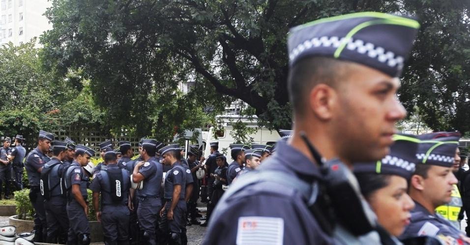 Policiais se preparam para trabalhar durante manifestação contra a Copa do Mundo em São Paulo