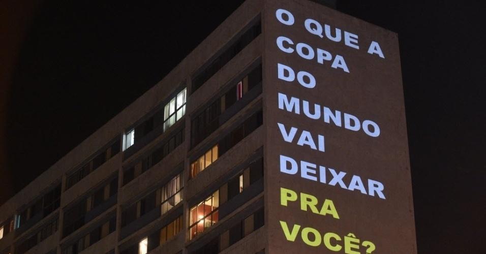 Projeções em um prédio em São Paulo questionam o legado que a Copa deixará para o povo