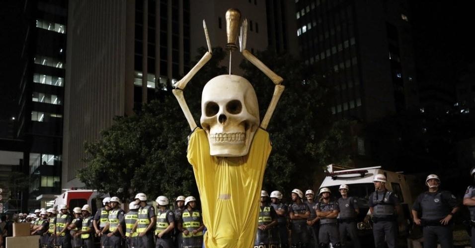 Símbolo da manifestação, Caveirão posa em frente aos policias em protesto em São Paulo