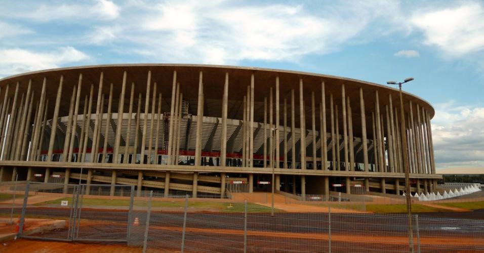 09.mai.2014 - Pavimentação do acesso de torcedores ao estádio Mané Garrincha, em Brasília, é feita a um mês do início da Copa: desde a inauguração há um ano, os torcedores eram obrigados a passar por cima dos canteiros de grama e terra para chegar às escadas
