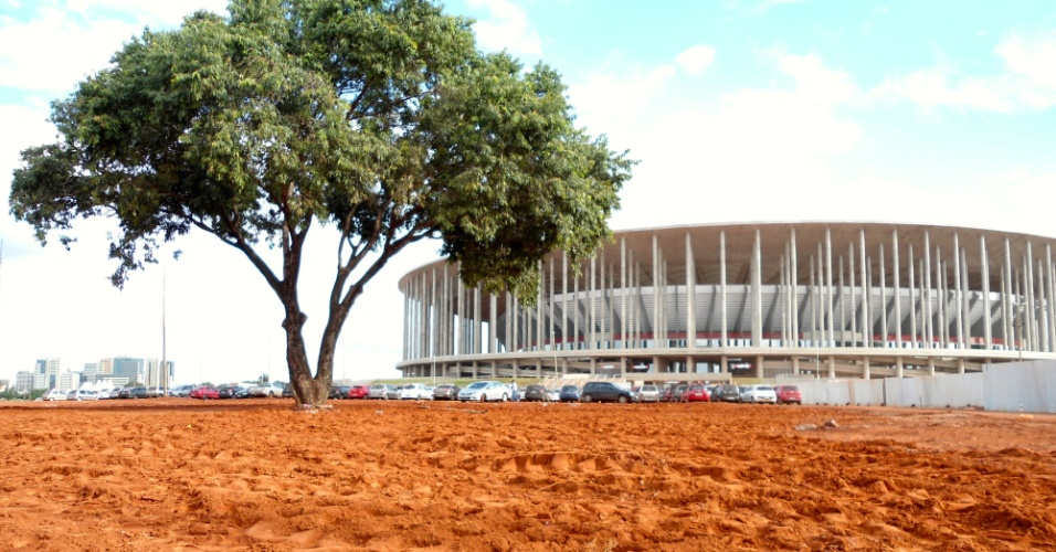 09.mai.2014 - Boa parte da área externa no estádio Mané Garrincha, em Brasília, estava assim a um mês do início da Copa: urbanização feita em cima da hora