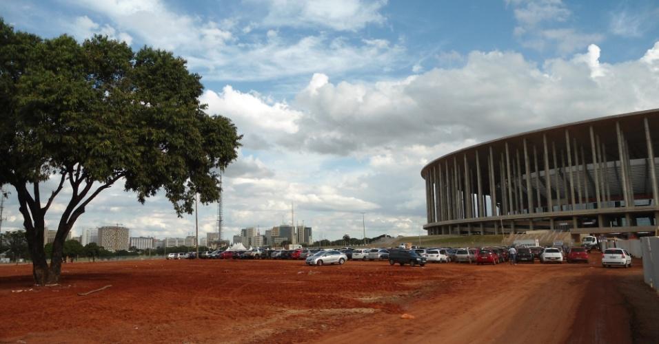 09.mai.2014 - Pavimentação de parte da área externa do estádio Mané Garrincha, em Brasília, é feita cerca de um mês antes da Copa: estádio foi inaugurado há um ano