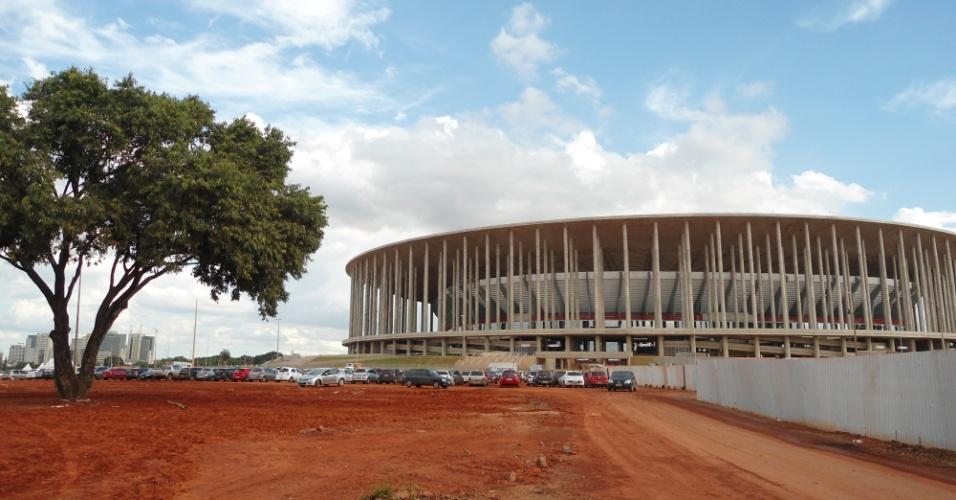 09.mai.2014 - Boa parte da área externa do estádio Mané Garrincha, em Brasília, estava assim cerca de um mês antes da Copa: arena sai por R$ 1,9 bilhão