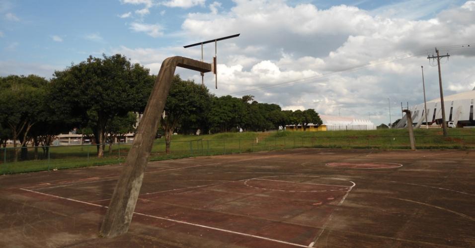 09.mai.2014 - Quadras poliesportivas no entorno do Mané Garrincha, em Brasília, estão abandonadas: sem projeto ou previsão de reforma
