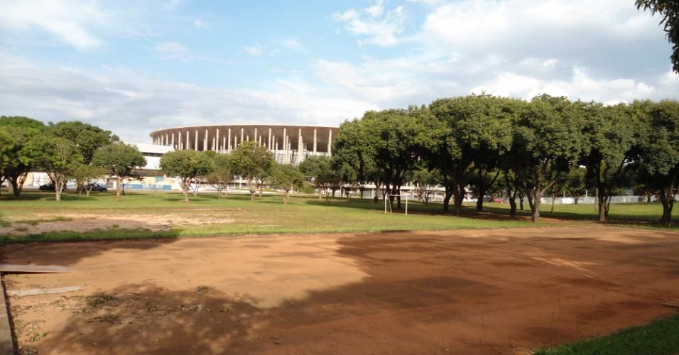 09.mai.2014 - Quadras poliesportivas no entorno do Mané Garrincha, em Brasília, estão abandonadas