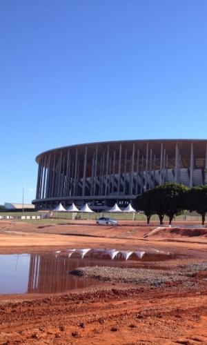 09.mai.2014 - Boa parte da área externa do estádio Mané Garrincha, em Brasília, estava assim cerca de um mês antes da Copa: arena sai por R$ 1,9 bilhão e foi inaugurada em maio de 2013