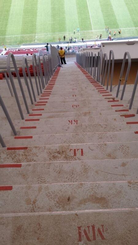 09.mai.2014 - Sujeira e barro acumulados na escadaria do Mané Garrincha, em Brasília: problemas de conservação um ano depois de inaugurado e R$ 1,9 bilhão consumido