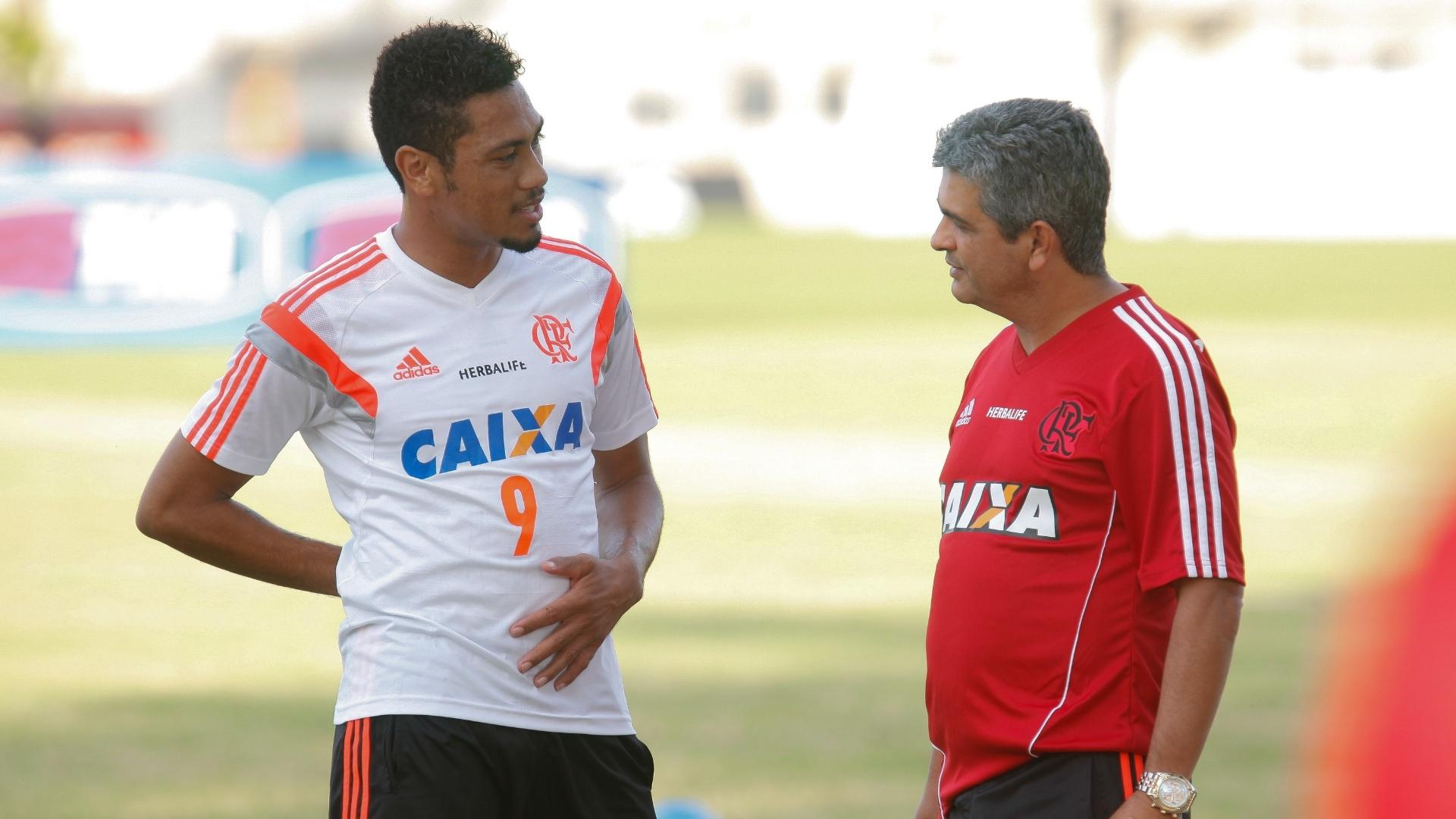 14 mai. 2014 - Ney Franco e Hernane conversam antes de treinamento do Flamengo, no CT Ninho do Urubu