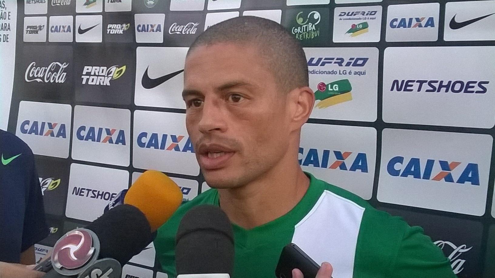 16 maio 2014 - Meia Alex fala do reencontro com torcedores do Cruzeiro em entrevista no CT do Atlético-MG