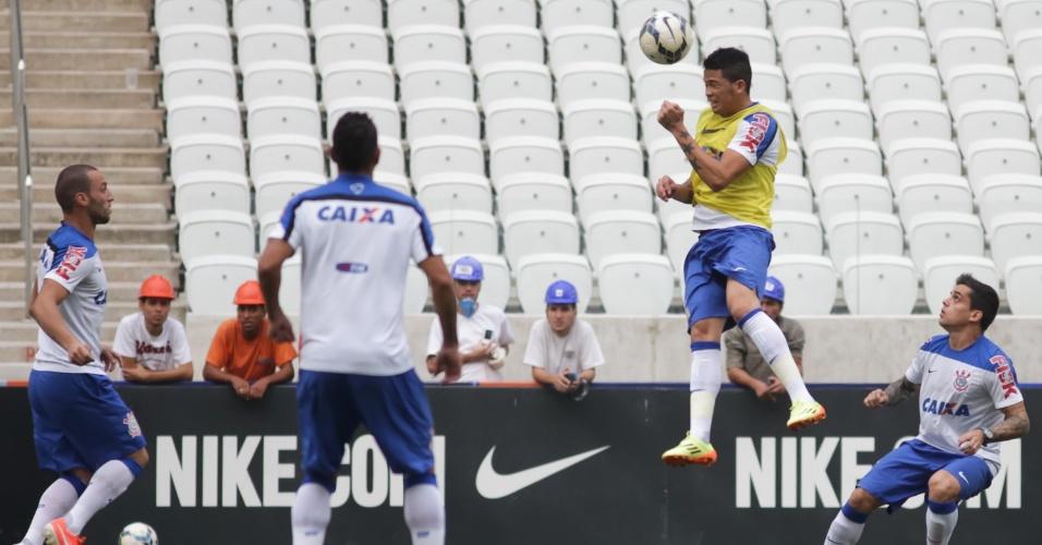 Luciano tenta cabeçada, enquanto é observado de perto por Guilherme e Fagner em treinamento do Corinthians