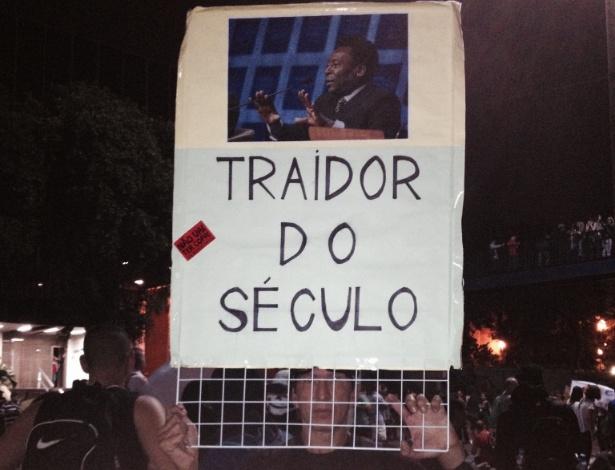 Manifestante segura cartaz contra Pelé durante protesto no Rio de Janeiro