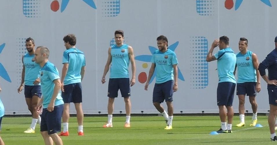Neymar participou da roda de bobinho do Barcelona e atuou com sorriso no rosto