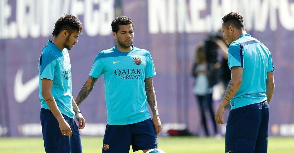 Neymar treina ao lado de Daniel Alves para o jogo contra o Atlético de Madri