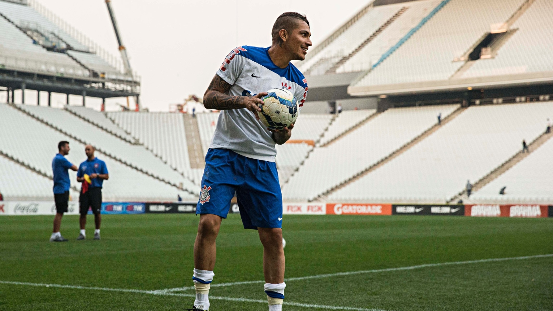 Peruano Paolo Guerreiro brinca com a bola antes de treino do Corinthians no Itaquerão