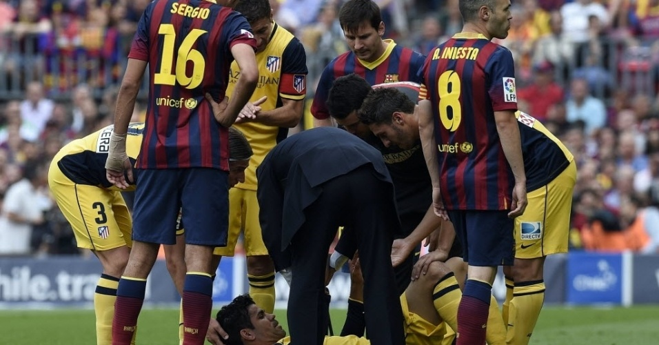 Diego Costa, do Atlético de Madri, sente lesão na coxa direita e sai de campo na partida decisiva do Campeonato Espanhol, contra o Barcelona