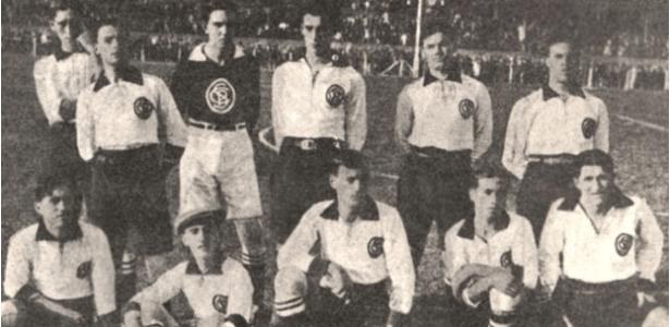 Jogadores do Corinthians em foto de 1918 jogam no estádio da Ponte Grande, a primeira casa do clube