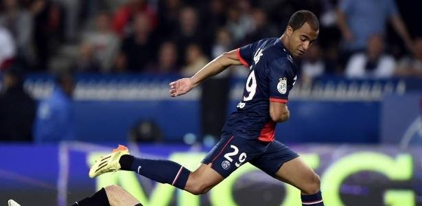 Lucas, do PSG, divide bola com o goleiro Geoffrey Jourden durante o jogo do Campeonato Francês - Franck Fife/ AFP