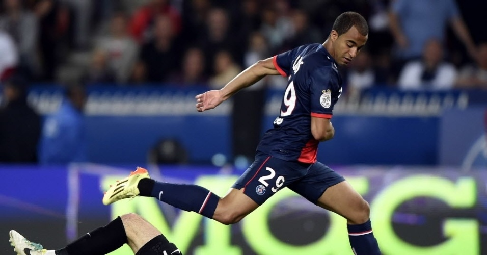 Lucas Moura, do Paris Saint-Germain, divide bola com o goleiro Geoffrey Jourden durante o jogo do Campeonato Francês