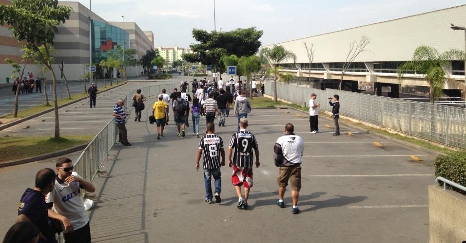 18.05.14 - Torcedores do Corinthians chegam para a estreia do Itaquerão em jogo oficial