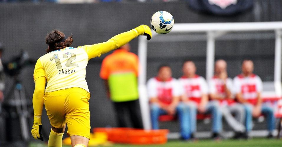 18.mai.2014 - Cássio faz reposição de bola em partida inaugural do Itaquerão contra o Figueirense