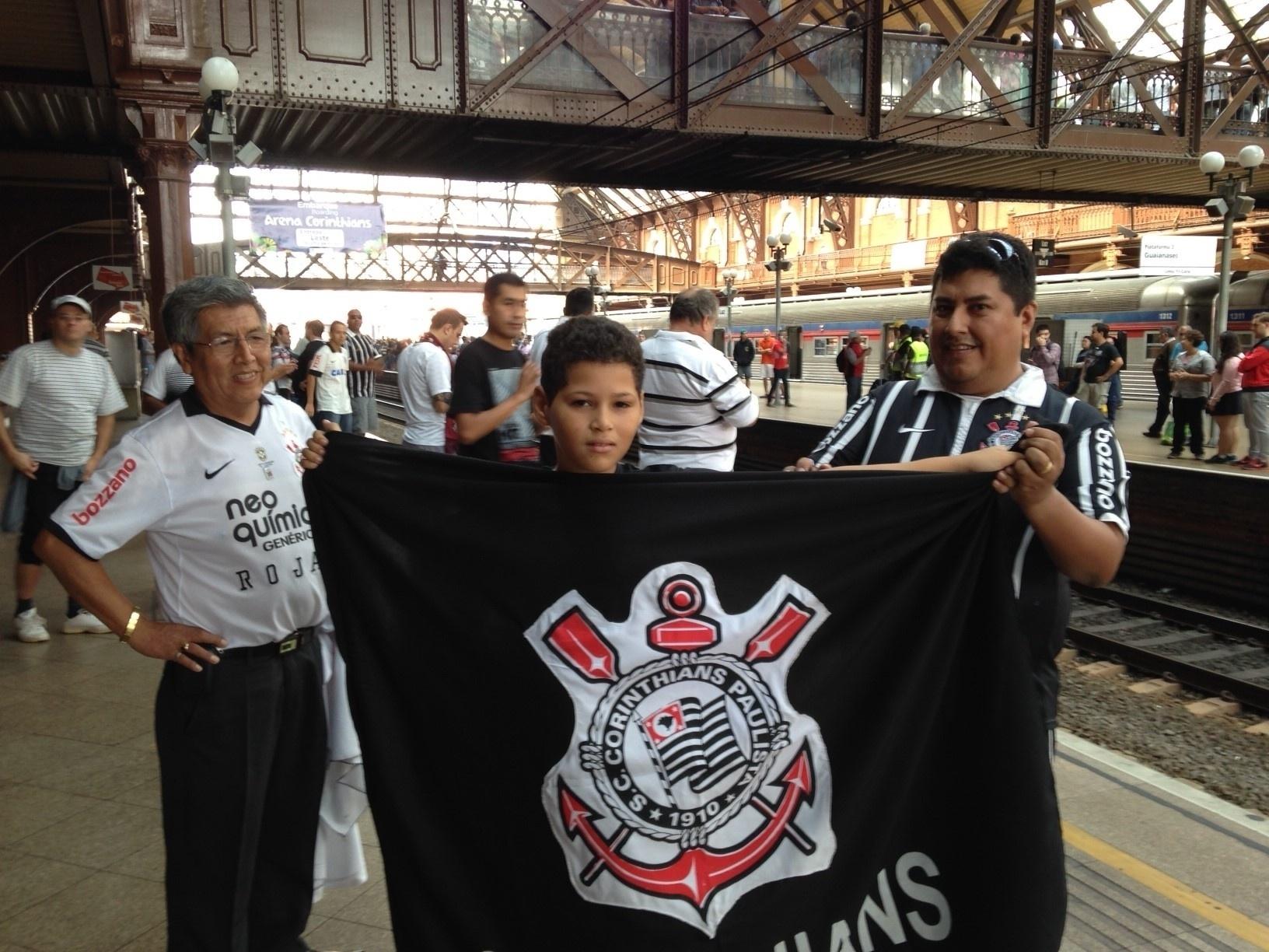 18.mai.2014 - Corintianos aguardam o Expresso da Copa para chegar ao Itaquerão, que será inaugurado neste domingo com o jogo entre Corinthians e Figueirense