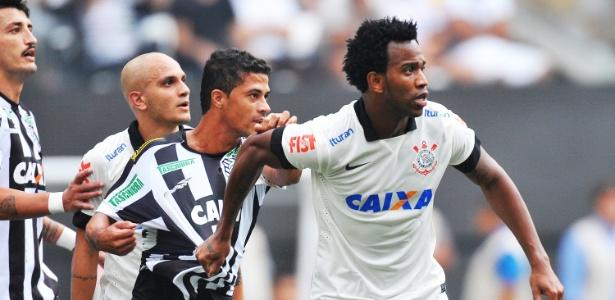 Gil disputa para receber bola durante jogo de inauguração do Itaquerão contra o Figueirense