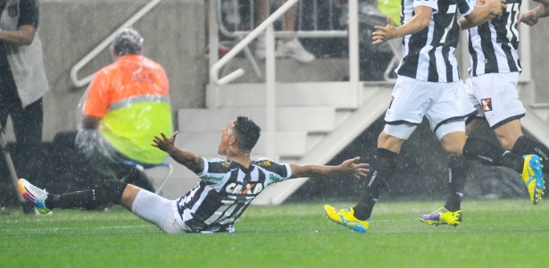 Giovanni Augusto foi o autor do primeiro gol na Arena Corinthians ainda no Figueirense - Reinaldo Canato/UOL