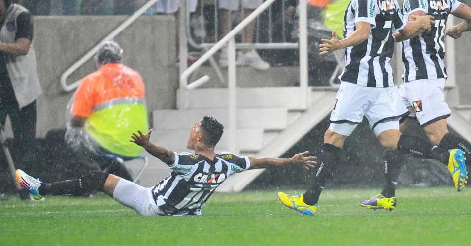 18.mai.2014 - Giovanni Augusto, do Figueirense, festeja contra o Corinthian o primeiro gol oficial do Itaquerão