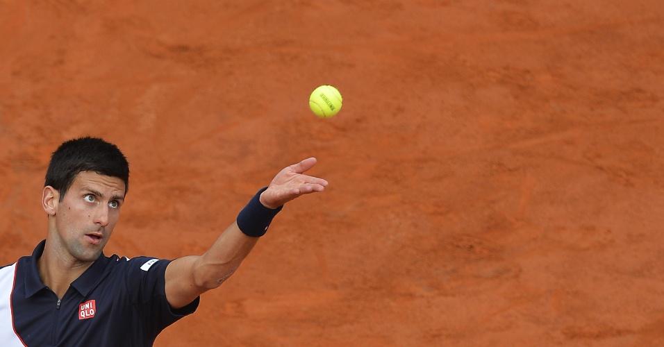 18.mai.2014 - Novak Djokovic saca durante a final do Masters 1000 de Roma, contra Rafael Nadal