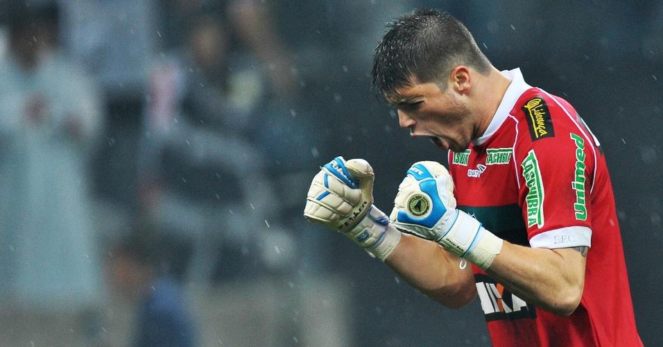 18.mai.2014 - Tiago Volpi vibra com gol do Figueirense contra o Corinthians, o primeiro oficialmente do Itaquerão,