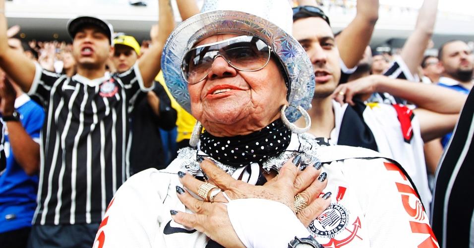 18.mai.2014 - Torcedores festejam no Itaquerão antes da estreia oficial do Corinthians contra o Figueirense