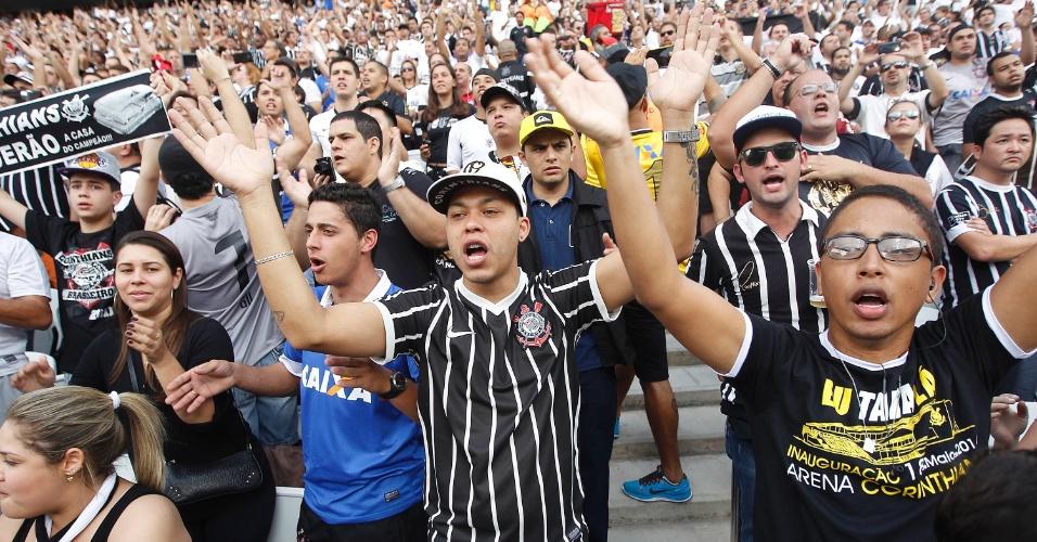 18.mai.2014 - Torcida do Corinthians lota Itaquerão para estreia oficial do time no estádio