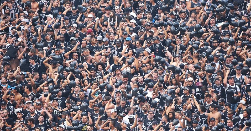 18.mai.2014 - Torcida incentiva o Corinthians durante inauguração do Itaquerão