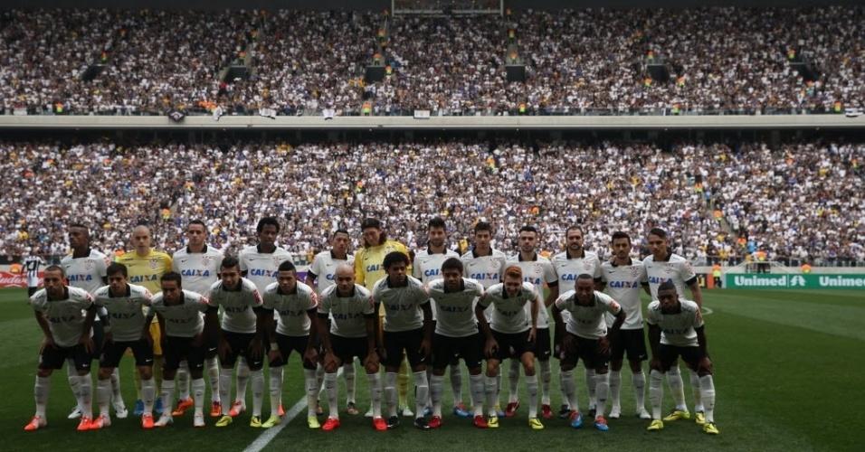 18.mai.2014 - Corinthians alinhado para sua primeira partida no Itaquerão