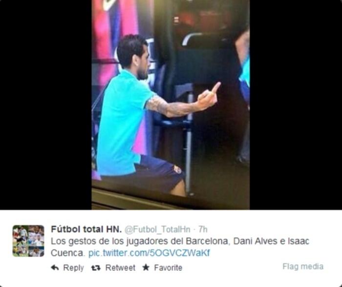 Daniel Alves faz gesto obsceno para torcedores do Barcelona