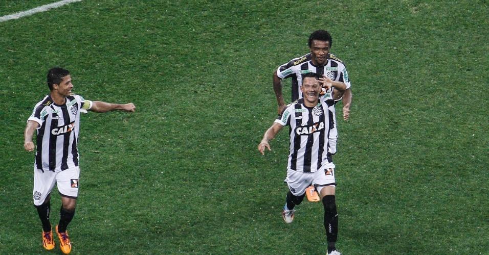 18.mai.2014 - Giovanni Augusto, do Figueirense, faz o primeiro gol oficial do Itaquerão