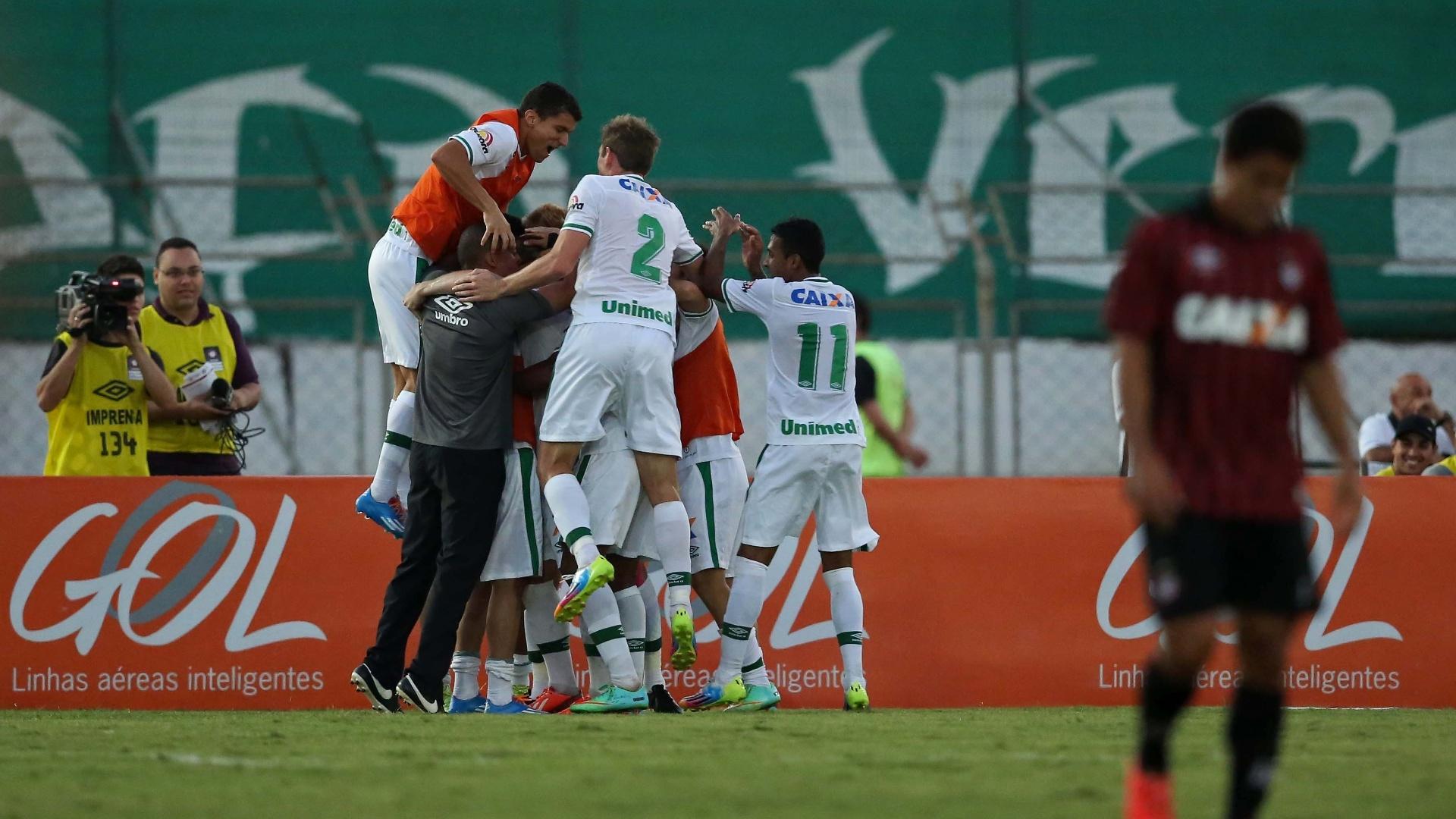Jogadores da Chapecoense celebram gol de empate marcado no fim do jogo