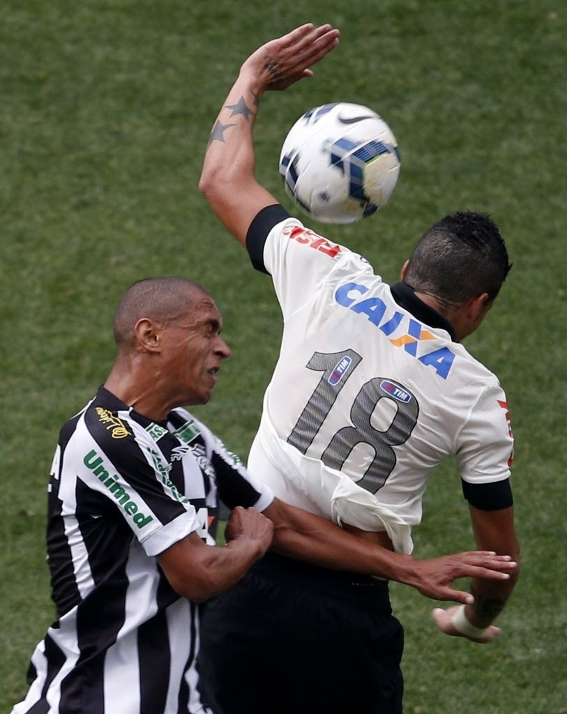 18.mai.2014 - Luciano disputa a bola com defensor do Figueirense na estreia do Itaquerão