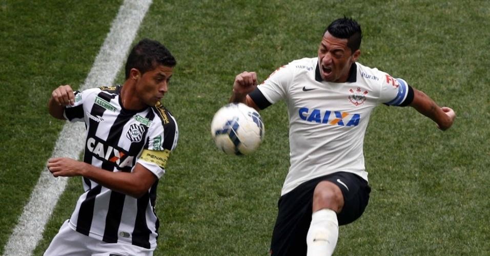 18.mai.2014 - Ralf e Ricardo Bueno disputam bola na partida entre Corinthians e Figueirense