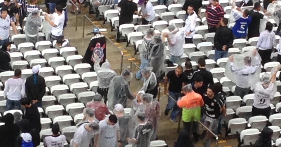18.mai.2014 - Torcedores VIP do Corinthians sofrem com a chuva no Itaquerão