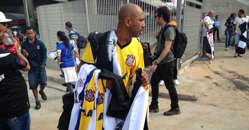 18.mai.2014 - Ambulante vende camisas e bandeiras do Corinthians nas imediações da estação Corinthians-Itaquera