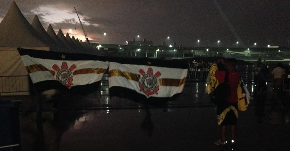 18.mai.2014 - Ambulantes também vendiam bandeiras na saída do Itaquerão. Comerciantes foram retirados pelos funcionários do estádio.