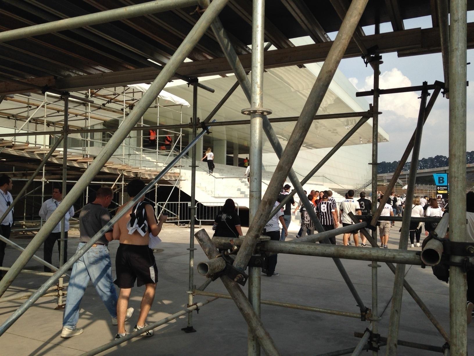 18.mai.2014 - Itaquerão foi inaugurado com jogo entre Corinthians e Figueirense, mas ainda tem muitos trechos em obras
