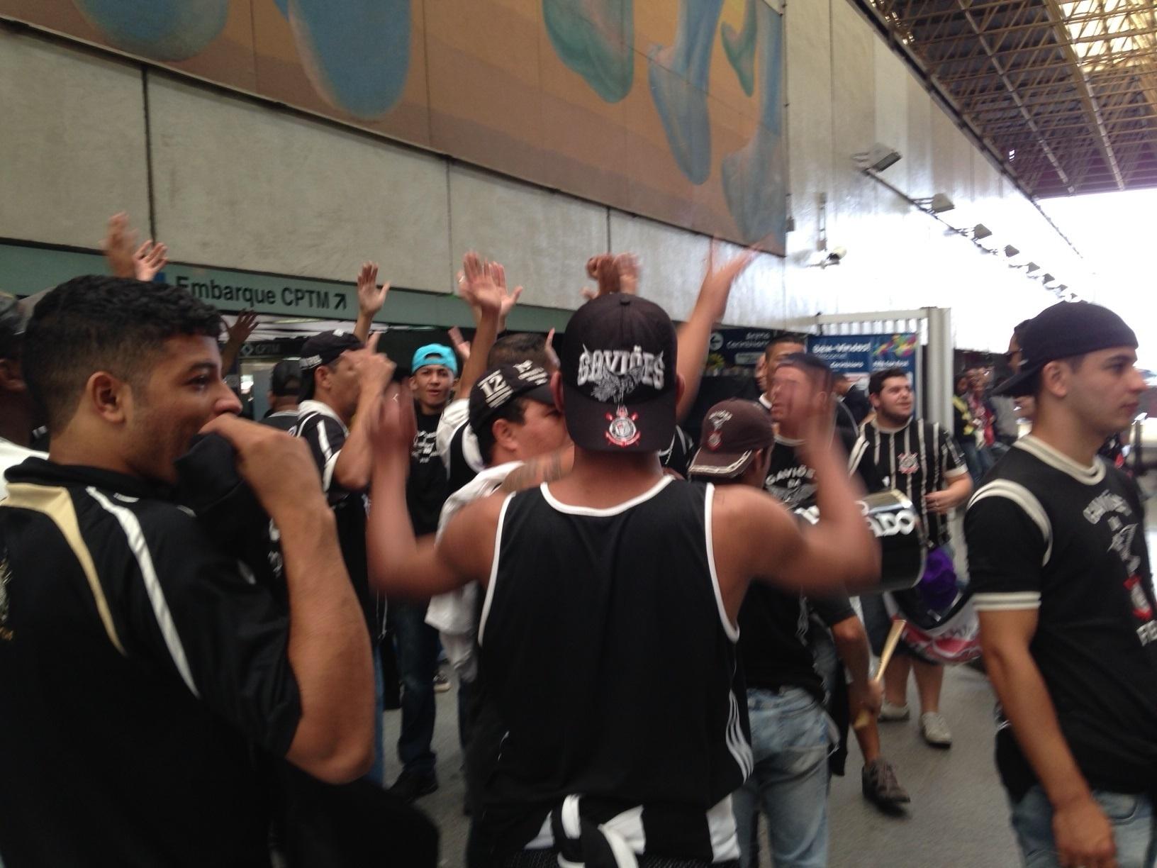 18.mai.2014 - Torcedores fazem festa no desembarque na estação Corinthians-Itaquera no dia da inauguração do Itaquerão