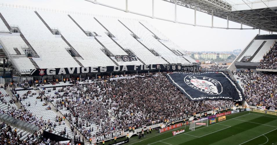 19.mai.2014 - Em fase de acabamento, as arquibancadas provisórias não foram testadas no jogo entre Corinthians e Figueirense por acordo do clube com a Fifa e  o COL