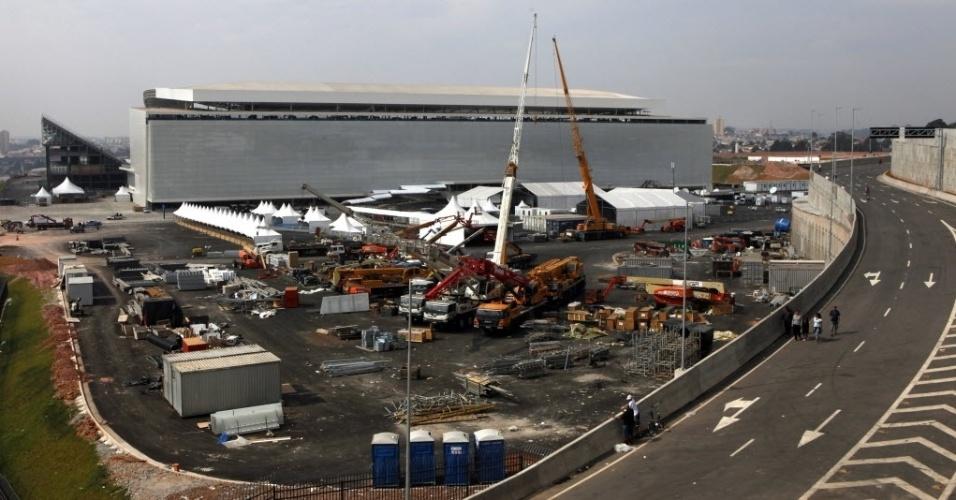 19.mai.2014 - Guindastes e materiais de construção puderam ser vistos ao lado do estádio mesmo em sua estreia oficial
