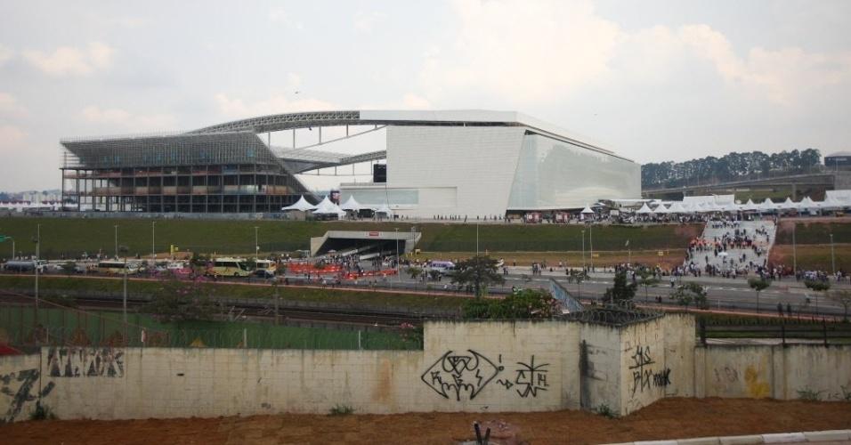 19.mai.2014 - Visão geral do estádio mostra estrutra atrás das arquibancadas provisórias ainda em obras no Itaquerão