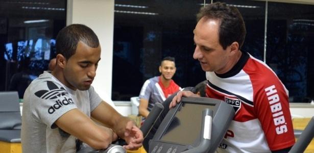 Lucas visitou companheiros do São Paulo nesta segunda-feira, no CT da Barra Funda
